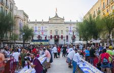 Centenares de personas hicieron cola en la plaza de la Fuente para poder degustar el pastel.