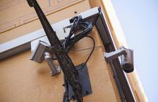 Una de las cámaras instaladas en una fachada de una calle en la Parte Alta.