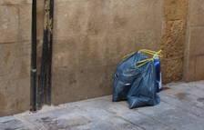 Estas son bolsas abandonadas recientemente en la esquina de la calle Riudecols con calle Abat.