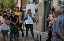 La vicepresidenta de la asociación, Montse Muñoz, explica la situación a los vecinos concentrados.