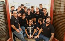 Los jugadores rojinegros de hockey patines se han hecho una foto con la copa en el Ayuntamiento.