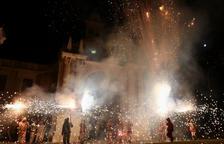 Los integrantes del Baile de Diablos de Reus, durante la noche delante del santuario.