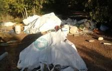 Veïns de Mas Pellicer denuncien l'acumulació de runa i brutícia als solars propers al barri