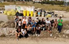 El colectivo Al Camp Residu Zero limpia los escombros y desperdicios acumulados en los alrededores del mercado de Bonavista