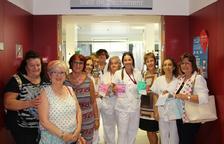 La Lliga contra el Càncer dona braçalets per als pacients de l'Hospital de Dia del Joan XXIII