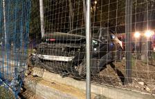 Un cotxe s'encasta contra una tanca i una xarxa del camp de futbol d'Icomar