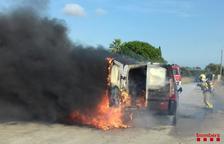 Crema completament una furgoneta a l'N-340 a Amposta
