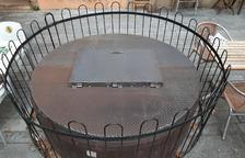Reparan la cubierta del pozo de la Plaça del Rei
