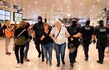 Mossos i Policia Nacional desallotgen el Pícnic per la República del vestíbul de l'estació de Sants