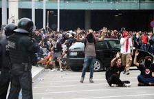 Batalla campal al Prat entre la policia i un grup de manifestants que llança objectes