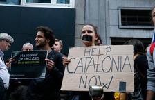 Prop de 200 persones protesten contra la sentència davant l'ambaixada espanyola a Brussel·les