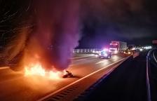 Tallen l'A-27 a Valls amb la crema de pnèumatics a la via