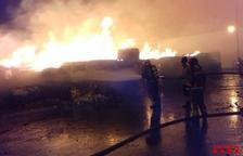 Un incendio en una industria papelera de Puigpelat moviliza nueve dotaciones de los Bomberos