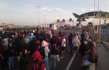 Els manifestants es dirigeixen cap a la Imperial Tarraco després d'abandonar el Port