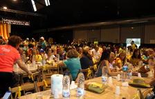 Plano medio de los participantes cenando en Martorell.