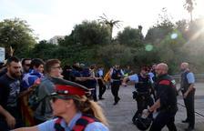 Plano general del momento de enfrentamiento de los manifestantes con los agentes y antidisturbios de los Mossos en la entrada del peaje de l'Ampolla.
