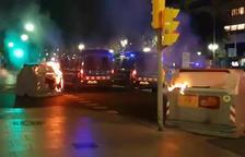 Trenta-cinc contenidors cremats, bancs i senyals de trànsit arrancats durant els disturbis de divendres a la nit