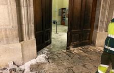 Cremen la porta de l'Ajuntament de Tarragona