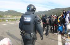 Els manifestants abandonen l'AP7 a la Jonquera abans de les càrregues dels Mossos