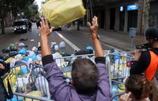 Centenars de persones llancen escombraries al voltant de la delegació del govern espanyol a Barcelona