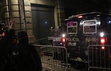 Manifestantes lanzan objetos a los Mossos en Vía Layetana y estos proceden a cargar
