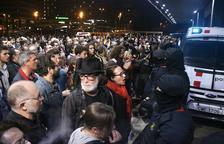 Centenares de personas se concentran en los accesos de la estación de Sants para mostrar el rechazo a la sentencia del 1-O