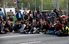 L'acampada celebra la primera assemblea i es comença a organitzar per mantenir l'acció indefinidament