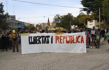 Unes 300 persones participen en una marxa per la llibertat de Figueres al Puig de les Basses