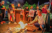 Medio millar de personas queman fotos del Rey en Tarragona y Reus