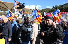 Unes 150 persones fan un vermut per la República i tallen de forma intermitent l'N-II a la Jonquera
