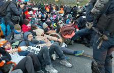 La policia francesa carrega contra els manifestants que tallen la frontera amb França