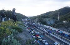 Els Mossos d'Esquadra donen una hora als manifestants perquè retirin els cotxes de la frontera