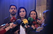 Pla mitjà de la líder de Ciutadans, Lorena Roldán, atenent els mitjans al Parlament.