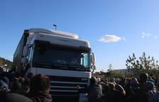 Imatge de l'instant en què el camió ha intentat atropellar els manifestants
