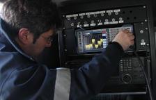 Un tècnic comprovant el senyal de TDT, en una imatge d'arxiu. ACN