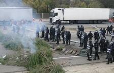 Mossos desallotgen l'AP-7 i la tensió es trasllada als carrers de Salt
