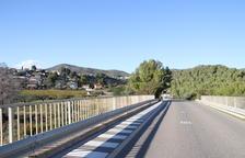 Imatge del barri del Priorat de la Bisbal vist des de l'accés del pont de l'autopista.