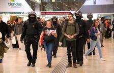La policía empieza a desalojar uno a uno el centenar de manifestantes concentrados en el vestíbulo de Sants