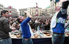 El concurso de comida calçots de Valls, alejado del centro y sin público