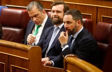 Els diputats de Vox Santiago Abascal i Ortega Smith asseguts als seus escons del Congrés en la constitució de la cambra.