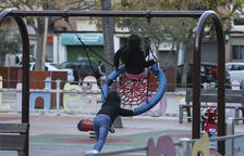 Instalan juegos adaptados para niños con movilidad reducida en 12 parques de Reus