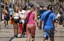Varios turistas pasean por la calle Saragossa de Salou.