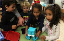 Alumnos de la escuela Horta Vella de Sant Carles de la Ràpita jugando con un robot.
