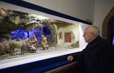 El padre Mario, mirando un diorama en una imagen de archivo.