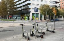 Algunos de los patinetes eléctricos de la compañía Buny en periodo de prueba aparcados ayer en la plaza Imperial Tarraco.