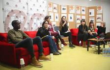 Imagen de los miembros que han participado en la mesa redonda sobre MENA en la URV, con Baba en primer término.