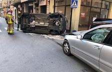 Plano general de los vehículos accidentados, uno de ellos volcados después del choque.