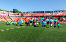 Los futbolistas de los dos conjuntos salieron al terreno de juego con un paraguas azul.