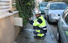 Un operari de la companyia d'aigua de Calafell tallant el subministrament a un dels habitatges ocupats il·legalment.