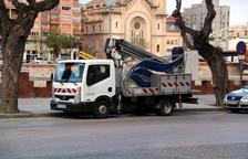Dos mujeres resultan heridas leves al caer un panel de luces navideño en Tortosa por el viento